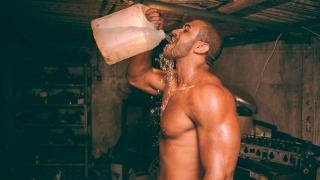 Bere acqua prima, durante e dopo l'allenamento