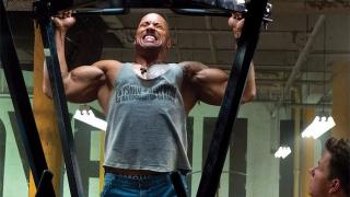Dwayne The Rock Johnson esegue delle trazioni per i dorsali