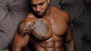 Modello con pettorali scolpiti e tatuaggio