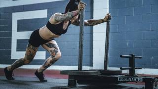 Una ragazza esegue l'esercizio Sled Push