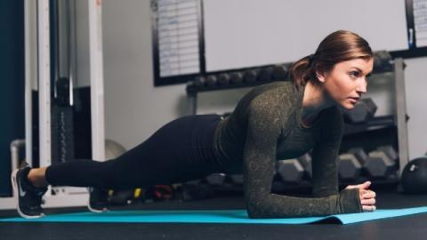 Ragazza esegue l'esercizio di plank