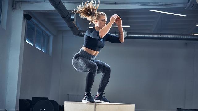 Ragazza bionda esegue un Box Jump