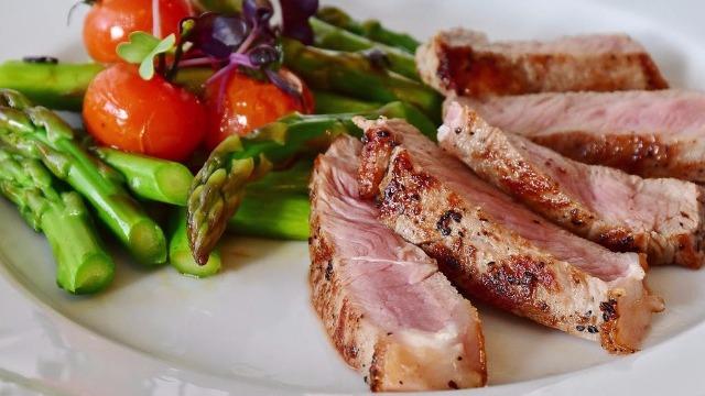 Tagliata di carne con asparagi