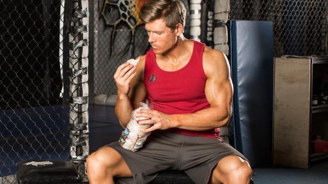 Molti ragazzi consumano le gallette in palestra dopo un allenamento