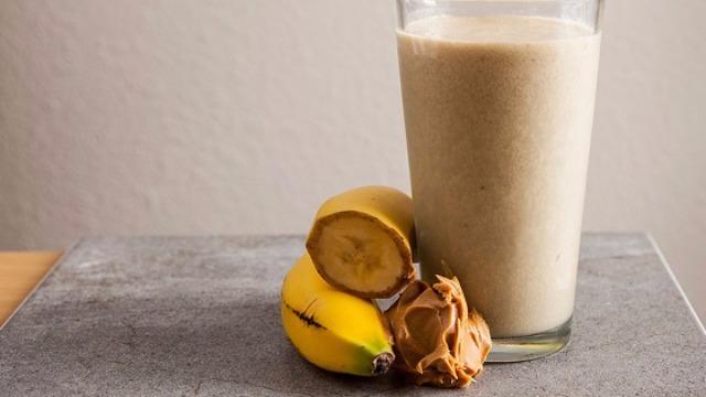 Frullato con banana e burro di arachidi