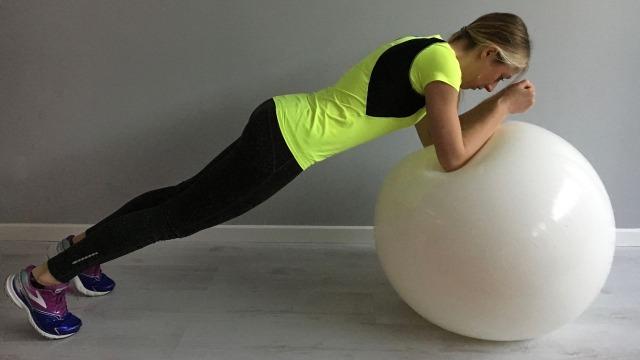 Sabrina Galimberti esegue un Plank su Fitball