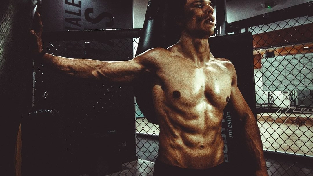 Atleta boxeur a torso nudo