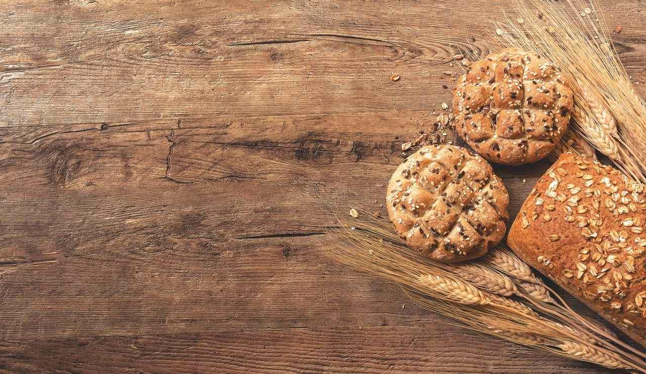 Pane e spighe su un tavolo di legno