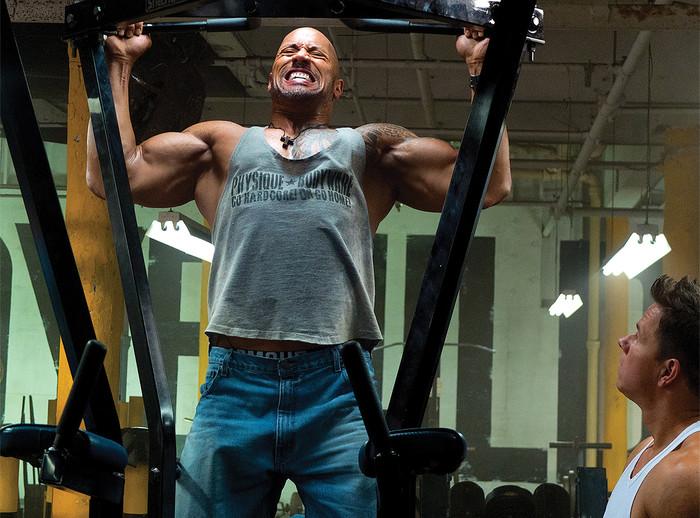 Dwayne The Rock Johnson esegue delle trazioni per i dorsali
