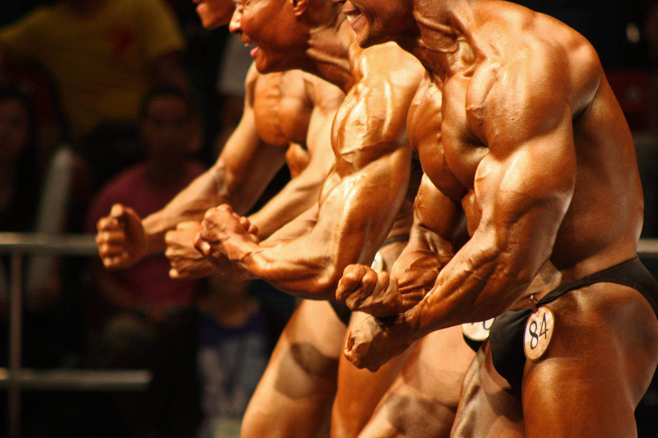Posa tricipiti durante una gara di bodybuilding