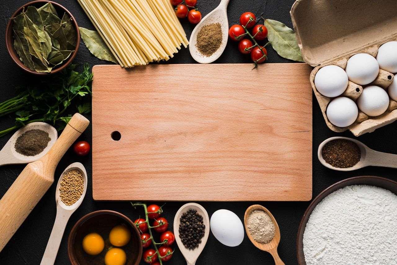 Tavola con ingredienti e alimenti
