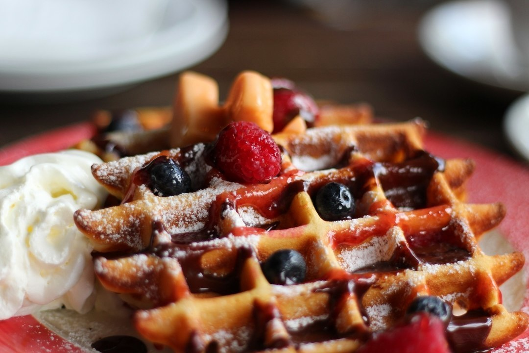 Waffle con fragole e mirtilli
